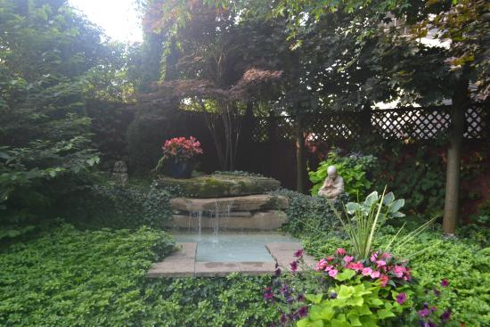 Canterbury Inn: Beautiful garden