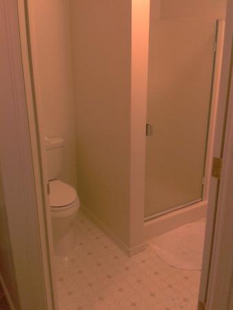 Waterfront Bed & Breakfast: Bathroom & shower