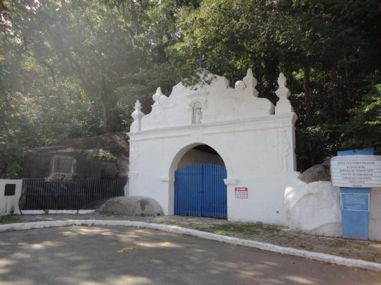 Fort Sao Francisco Xavier da Piratininga : O forte está fechado. Ao lado do forte tem este portal.