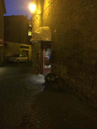 Valentino Hotel: View of the entrance and the street were is the hotel.