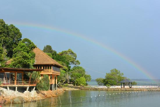 Loola Adventure Resort: Rainbow over the LooLa eco villas