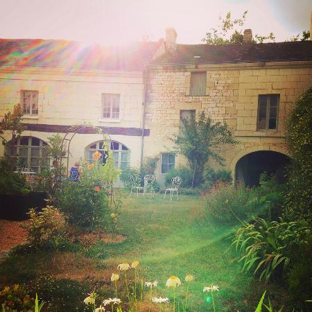 Le Logis des Roches d'Antan: Courtyard garden