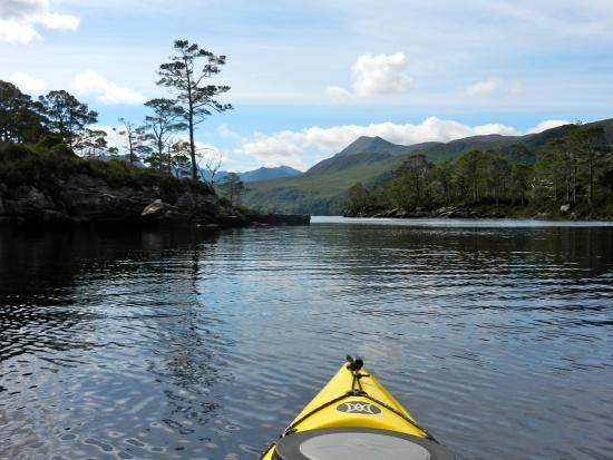 Talladale, UK: Kayaking among the islands of Loch Maree