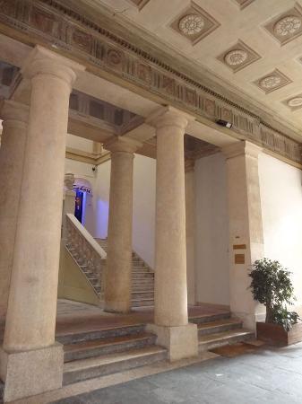Il Cappello di Giulietta: Il colonnato e lo scalone che conducono al b&b.