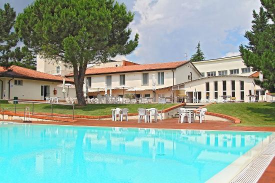 I Girasoli: Visione struttura alberghiera dalla piscina sottostante