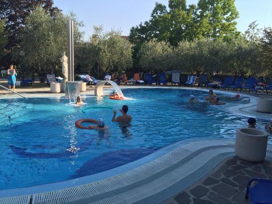 Piscina foto di petrarca hotel terme montegrotto terme - Terme di castrocaro prezzi piscina ...