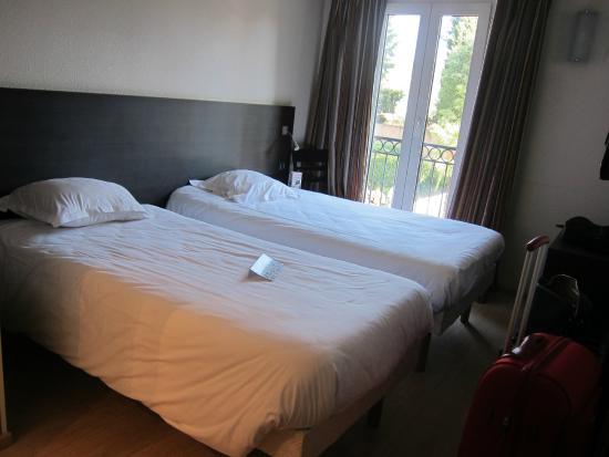 Baño Con Inodoro Separado: Aix En Provence: Habitación con vistas a la piscina y el aparcamiento