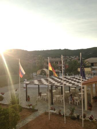 Prassino Nissi: вид с террасы перед входом в номер - на вход в отель