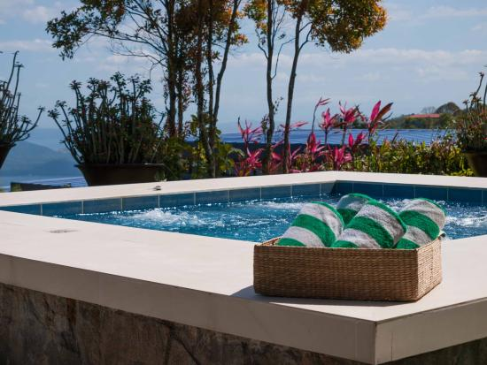 Discovery Country Suites: Outdoor Jacuzzi