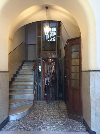 La Maison Royale: The old and charm elevator