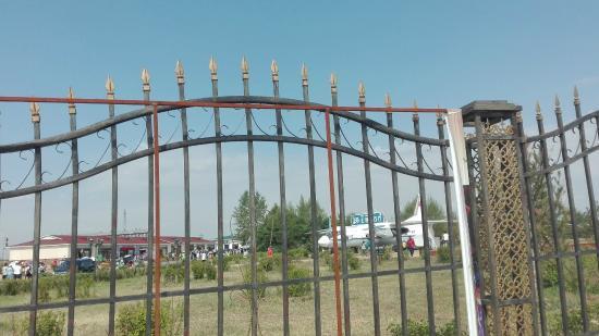 Manzhouli Nation Gate Scienc Resort: 外門から見た風景