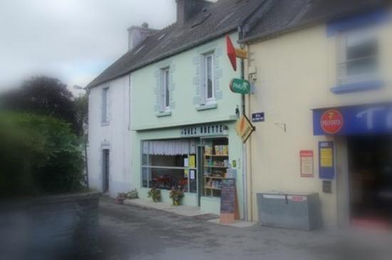 Mael-Carhaix, France: Our little cafe