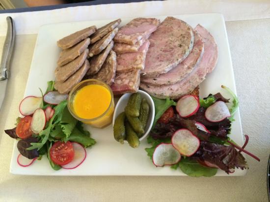 Rions, Франция: Salade Landaise, Canard avec thym, pommes de terres, rosé de Bordeaux