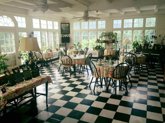 The Willard Street Inn: breakfast room