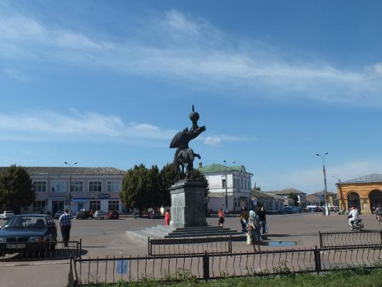 Novhorod-Siverskyi, Ukraina: Площадь вокруг памятника