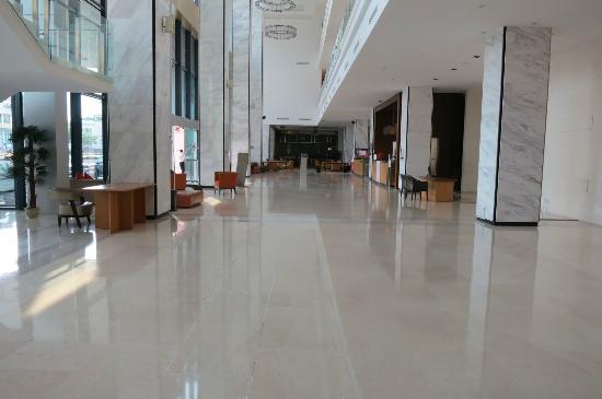 Century Kuching Hotel: The spacious lobby area