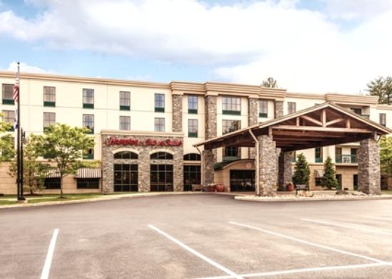 Hampton Inn & Suites Lake George : Hotel Exterior