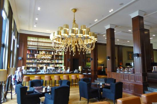 kuchenangebot in der hotelhalle bar picture of kempinski. Black Bedroom Furniture Sets. Home Design Ideas