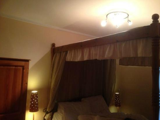 Wentworth House: Stupid centre lighting ABOVE the bed means no light to see by