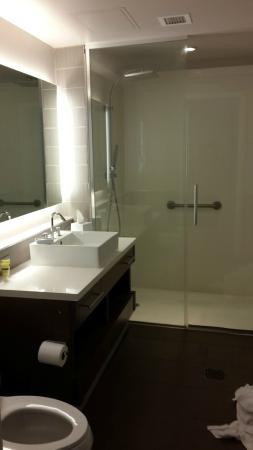 Element Arundel Mills: bathroom- forgive the towels, we were about to checkout