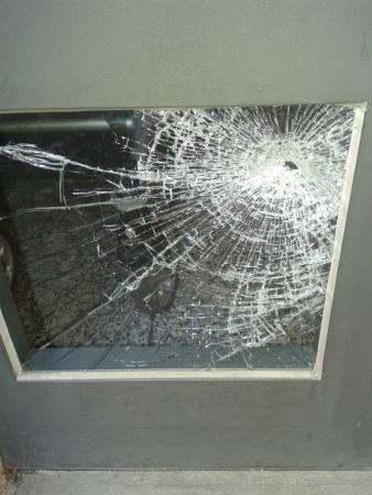 L72 Appartement: vetro spaccato del portone d'ingresso