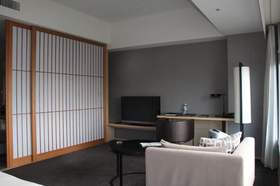 The Capitol Hotel Tokyu: The living with the japanese sliding room divider