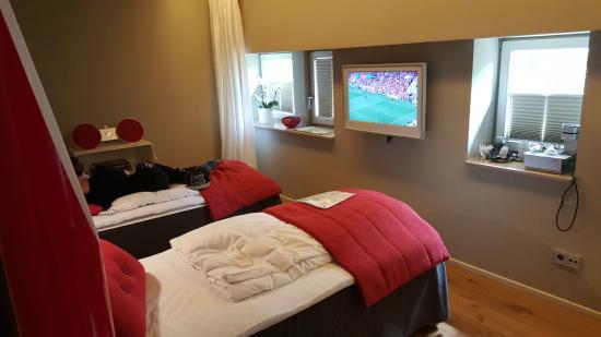 Einschlaf: Hotelkamer - Bedden en TV