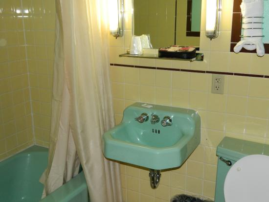 Wiltshire Motel: Super Clean Retro Bathroom