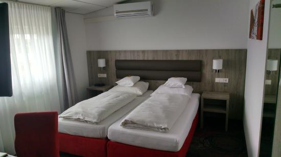 Hotel Engelhorn: Double room is two single beds put together
