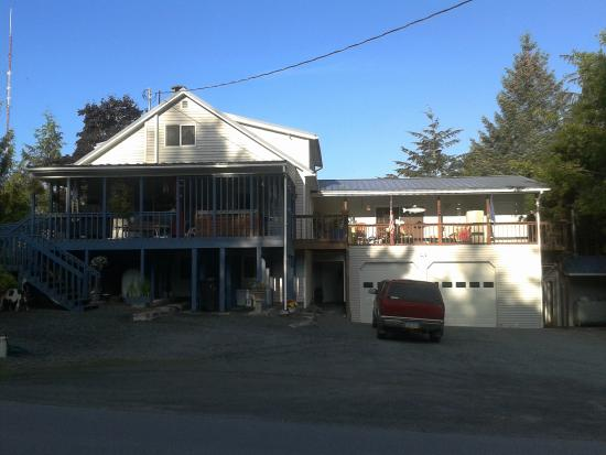 Ann's Gavan Hill Bed & Breakfast: Side of house, guest hottub on deck, lower floor entry