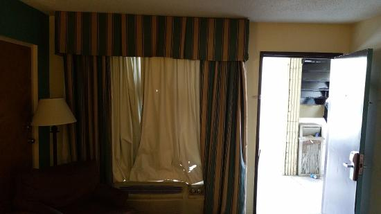 Jameson Inn Monroe: Holy curtain holes