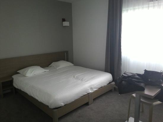 Appart'City Annemasse Centre Pays De Genève: Letto enorme e spazio per due letti ancora