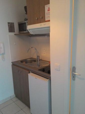 Appart'City Annemasse Centre Pays De Genève: Cucinino con frigo, lavastoviglie, microonde, stoviglie
