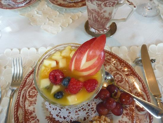 Auberge J.A. Moisan: Fruit at breakfast in the sun room
