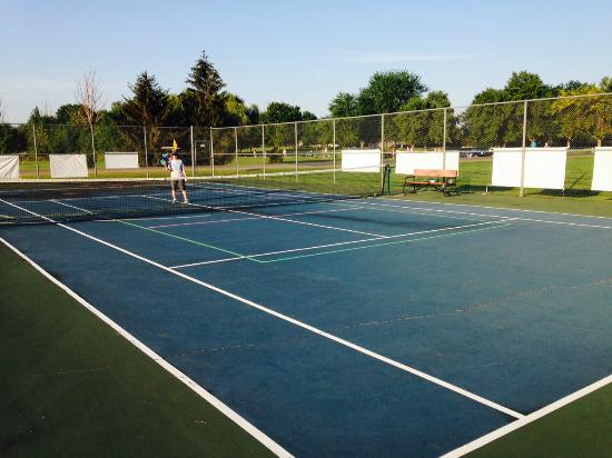 Lake Panorama National Inn and Suites: Tennis/Pickleball Court