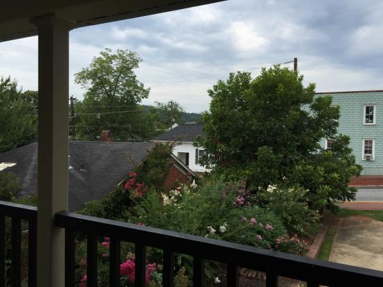 Park Place Hotel: View from our front door on the 2nd floor. That is the square and main hub of Dahlonega!