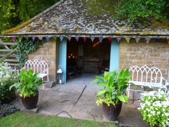 Snitterfield, UK: Cotswold Stone Summerhouse