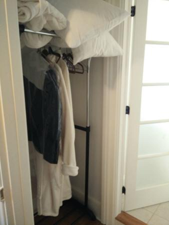 Magnolia Meadows Bed and Breakfast: Empire Suite - clothing rack and extra blankets