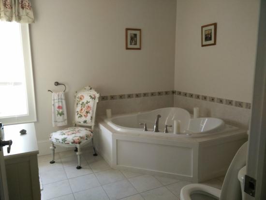 Magnolia Meadows Bed and Breakfast: Empire Suite - Bathroom