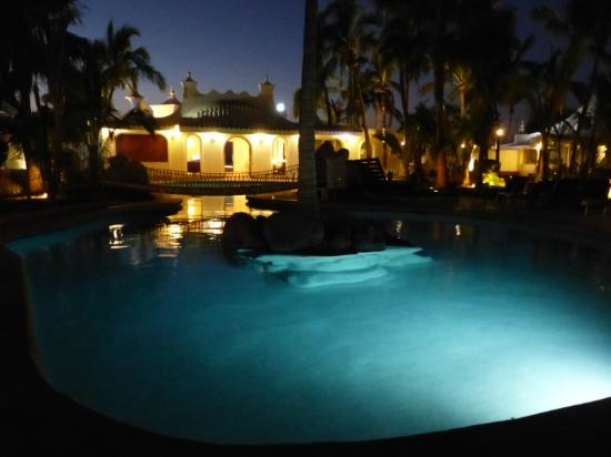 Club El Moro Hotel Suites: Pool at Night