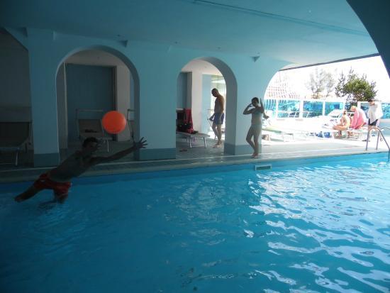 Mayflower Beach Hotel : Piscina parte coperta