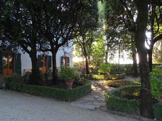 Villa Le Barone: Side Garden