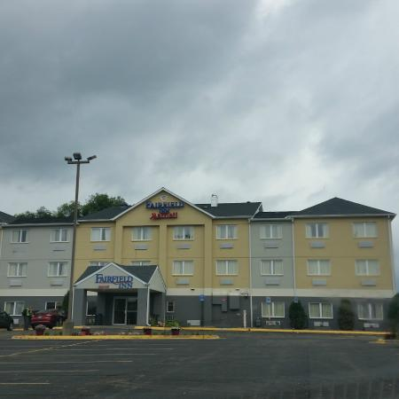 front of the hotel picture of fairfield inn dubuque. Black Bedroom Furniture Sets. Home Design Ideas