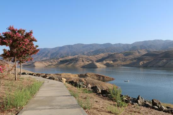 Castaic, Californien: Sidewalk Along the Lake