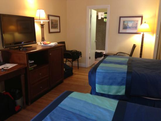 Continental Inn: Nice bedding and wood floors