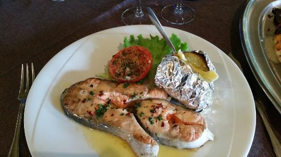 Au Bord de l'Eau : Sole excellente le baba sans rhum.....dommage...Et le saumon bon mais juste cuit....dommage Les