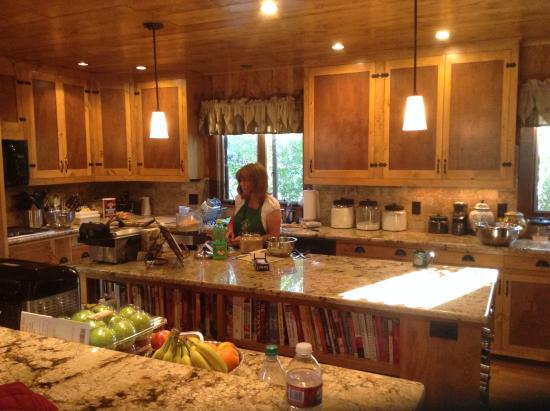 Rocky Mountain Lodge & Cabins: Beautiful kitchen and innkeeper
