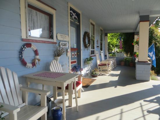 Blue Gull Inn Bed & Breakfast: large verandah
