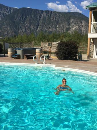 Cawston, Canadá: Hot tub and pool