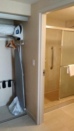 Homewood Suites by Hilton Burlington: Wardrobe with bathroom